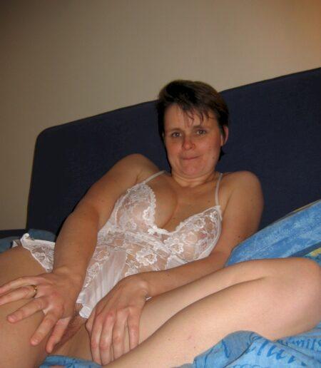 Chienne sexy soumise pour gars qui aime la domination fréquemment disponible